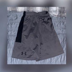 Under Armour boys gray/black shorts size Y/MD 💙